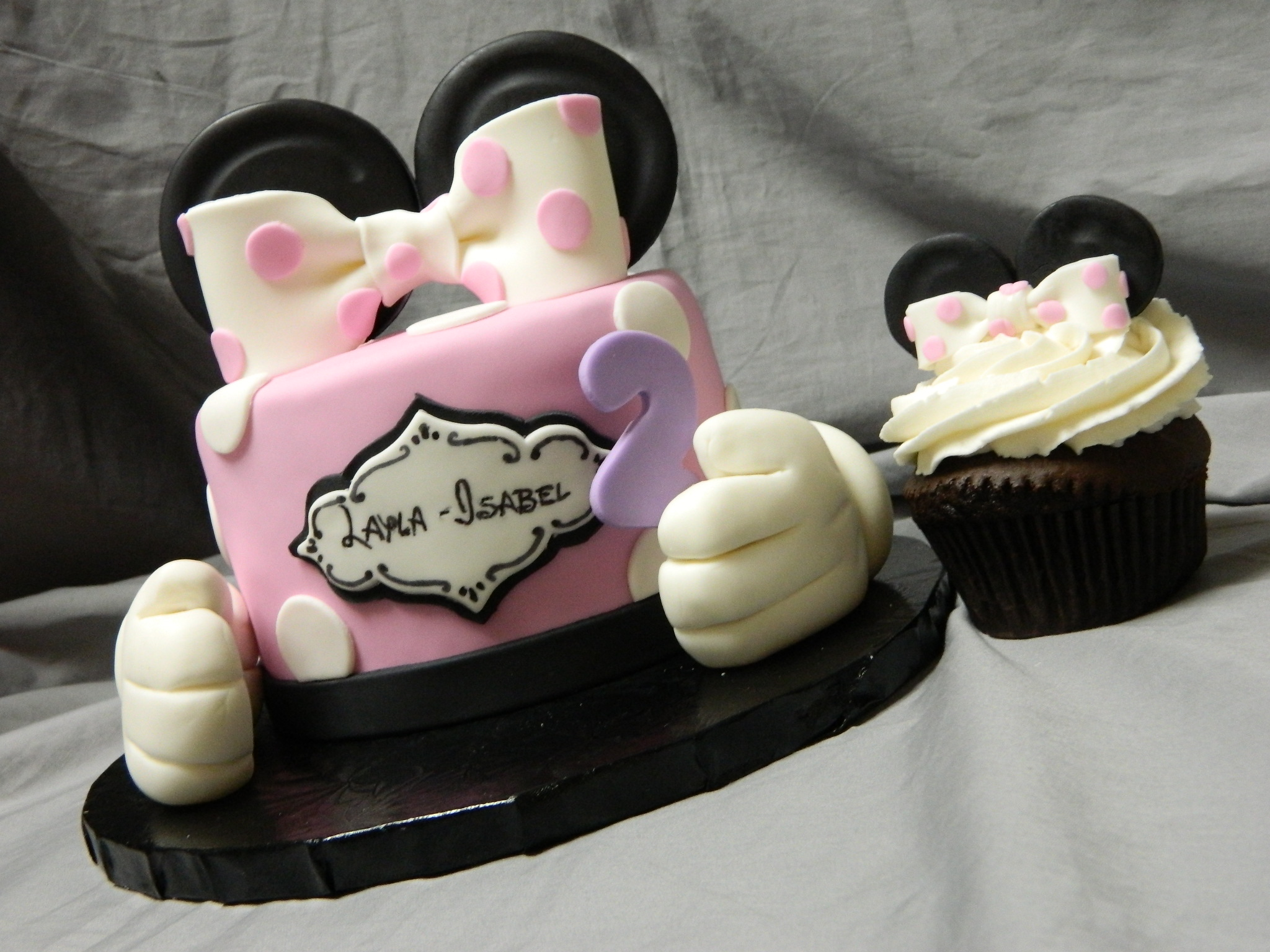 Minnie Mouse themed birthday cake with matching